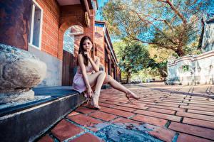 Hintergrundbilder Asiatische Finger Gestik Sitzend Bein Kleid Mädchens