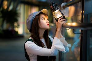 Fotos Asiatische Petroleumlampe Baseballcap Bokeh Mädchens
