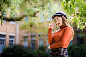 Hintergrundbilder Asiatisches Posiert Ast Sweatshirt Baseballcap Starren Mädchens