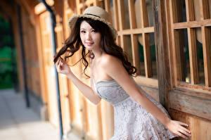 Hintergrundbilder Asiatisches Posiert Kleid Der Hut Blick Unscharfer Hintergrund Hübsch Mädchens