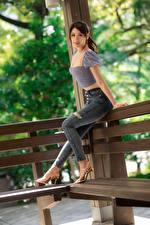 Bilder Asiatisches Pose Jeans Bluse Starren junge frau