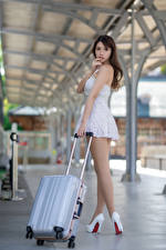 Hintergrundbilder Asiatische Posiert Bein High Heels Koffer Bokeh Schön Mädchens