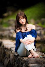 Papel de Parede Desktop Asiática Sentada Ver Fundo desfocado Cabelo castanho jovem mulher