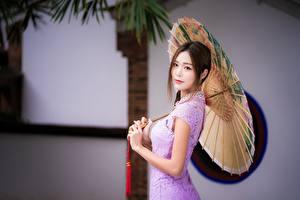 Bilder Asiatische Regenschirm Unscharfer Hintergrund Hand Braunhaarige Mädchens