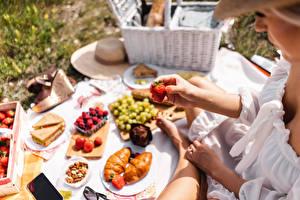 Bakgrunnsbilder Bær Jordbær Croissant Piknik Hender Bokeh
