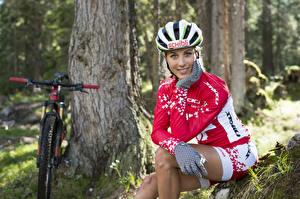 Fotos Blondine Fahrrad Helm Lächeln Sitzt Uniform Hand Handschuh Mädchens Sport