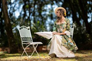 Hintergrundbilder Stuhl Sitzen Kleid Der Hut Regenschirm Bokeh Mädchens