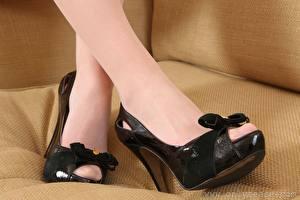 Sfondi desktop Da vicino Le gambe Scarpe con tacco Collant giovane donna