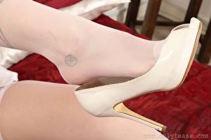 Fotos Großansicht Tätowierung Bein Stöckelschuh Nylonstrumpf Mädchens