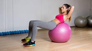 Fotos Fitness Ball Trainieren Bein Sportschuhe Mädchens