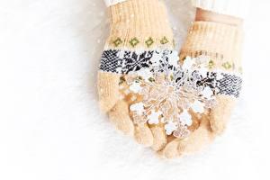 Fotos Handschuh Schneeflocken Hand Weißer hintergrund