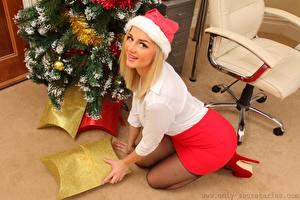 Bilder Holly Eriksson Neujahr Blond Mädchen Mütze Starren Lächeln junge frau