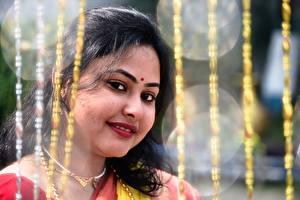 Bilder Indian Unscharfer Hintergrund Brünette Starren Lächeln junge frau
