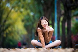 Hintergrundbilder Lotossitz Bokeh Braune Haare Sitzend Lächeln Hand