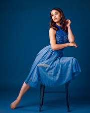 Hintergrundbilder Stühle Sitzt Kleid Farbigen hintergrund Maya junge frau