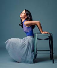 Fotos Stuhl Sitzt Kleid Farbigen hintergrund Maya junge Frauen