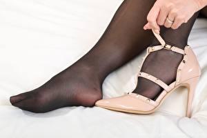 Bilder Melisa Mendiny Nahaufnahme Bein Hand High Heels Strumpfhose junge frau