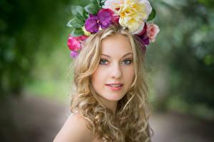 Bilder Blondine Kranz Blick Bokeh Nadine junge Frauen