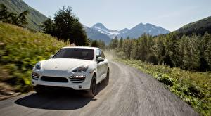 Bilder Porsche Wege Softroader Vorne Weiß Fahrendes Cayenne Diesel, US-spec, 2012