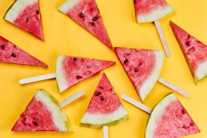 Bilder Wassermelonen Farbigen hintergrund Stück das Essen