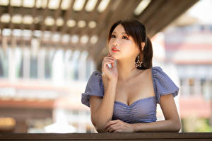 Sfondi desktop Asiatici Blusa Braccia Bokeh giovani donne
