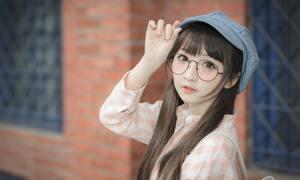Bakgrunnsbilder Asiater Bokeh Baseball cap Brunt hår kvinne Ser Briller Hender Unge_kvinner