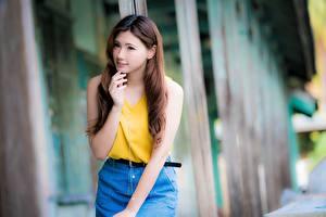 Fonds d'écran Asiatiques Arrière-plan flou Aux cheveux bruns Regard fixé Main jeune femme