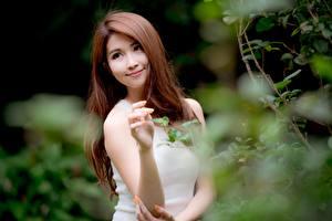 Hintergrundbilder Asiatisches Unscharfer Hintergrund Braunhaarige Starren Lächeln Hand junge frau