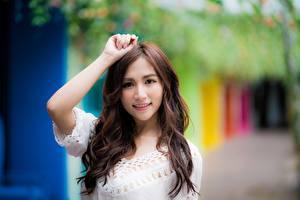 Hintergrundbilder Asiatisches Unscharfer Hintergrund Braune Haare Blick Lächeln Hand junge Frauen
