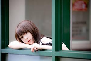 Bakgrunnsbilder Asiatisk Uklar bakgrunn Brunt hår kvinne Hender Ser ung kvinne