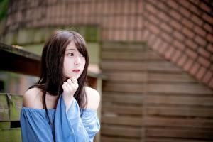 Fonds d'écran Asiatiques Bokeh Aux cheveux bruns Main Regard fixé Filles