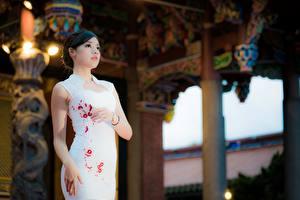 Fonds d'écran Asiatiques Arrière-plan flou Cheveux noirs Fille Les robes Main jeunes femmes