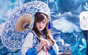 Bakgrunnsbilder Asiatisk Uklar bakgrunn Ser Hender Paraply ung kvinne