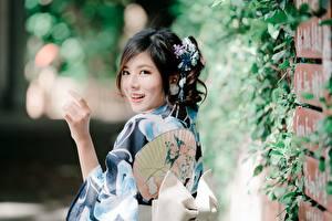 Bilder Asiatische Bokeh Hand Brünette Starren Lächeln junge frau