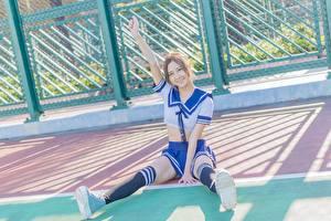 Fonds d'écran Asiatique Geste Écolières Uniforme Jupe Sourire Main S'asseyant Jambe Les chaussettes jeune femme