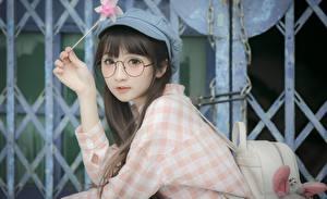 Bakgrunnsbilder Asiatisk Briller Ser Hender Brunt hår kvinne Baseball cap Unge_kvinner