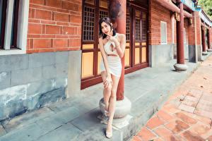 Fotos & Bilder Asiatische Pose Kleid Dekolleté Blick Mädchens