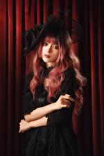 Fotos Asiaten Posiert Kleid Der Hut Starren Rotschopf junge frau