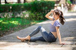 Papel de Parede Desktop Asiático Sentados Jeans Blusa Mão moça