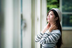 Bilder Asiatisches Armbanduhr Unscharfer Hintergrund Braunhaarige Starren Hand junge frau