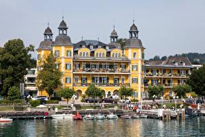 Bureaubladachtergronden Oostenrijk Gebouwen Een boot Een meer Waterfront