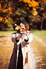 Hintergrundbilder Herbst Blatt Hand Der Hut Mantel junge frau
