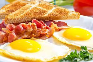 Fotos Schinkenspeck Nahaufnahme Spiegelei Frühstück Lebensmittel
