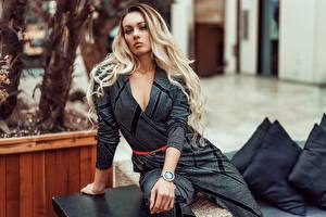 Hintergrundbilder Blondine Sitzt Blick Hand junge Frauen