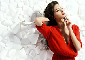 Hintergrundbilder Brünette Rote Lippen Hand Make Up Pose Mädchens