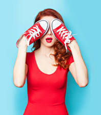 Fotos Farbigen hintergrund Rotschopf Rote Lippen Hand Plimsoll Schuh junge Frauen