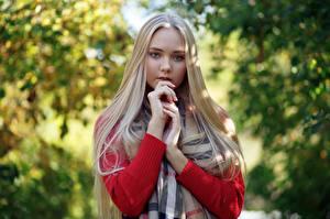 デスクトップの壁紙、、ブロンドの女の子、可愛い、手、髪、凝視、Darina, Evgeniy Bulatov、少女、