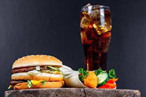 Fotos & Bilder Getränke Hamburger Brötchen Frikadelle Gemüse Fast food Coca-Cola Grauer Hintergrund Trinkglas Kinder