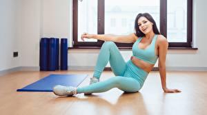 Bakgrundsbilder på skrivbordet Fitness Sitter Ben Ett linne Leende Blick Unga_kvinnor