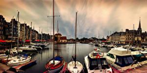 Desktop hintergrundbilder Frankreich Gebäude Schiffsanleger Binnenschiff Segeln Jacht Bucht Honfleur Städte
